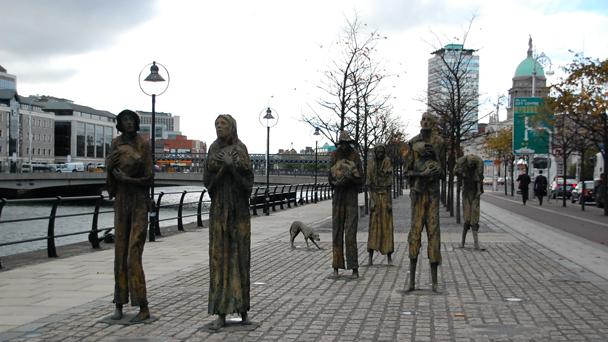 Cjto de estátuas irlandês Rowan Gillespie representam a Grande Fome.jpg