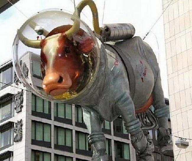 escultura vaca no espaço II suécia